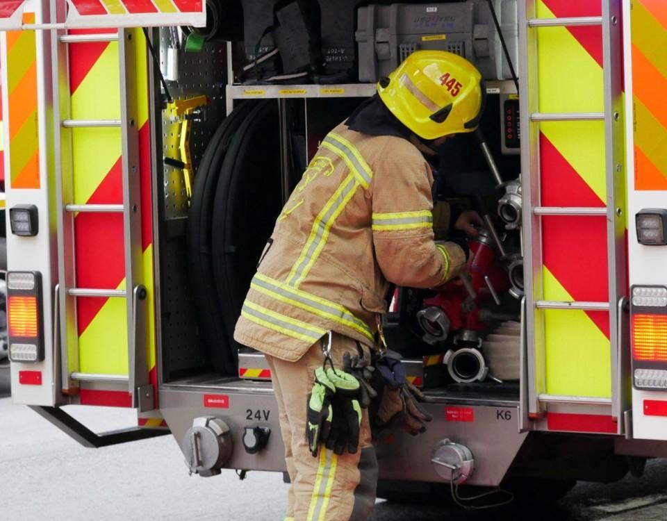 Brandsoldat vid en brandbil.