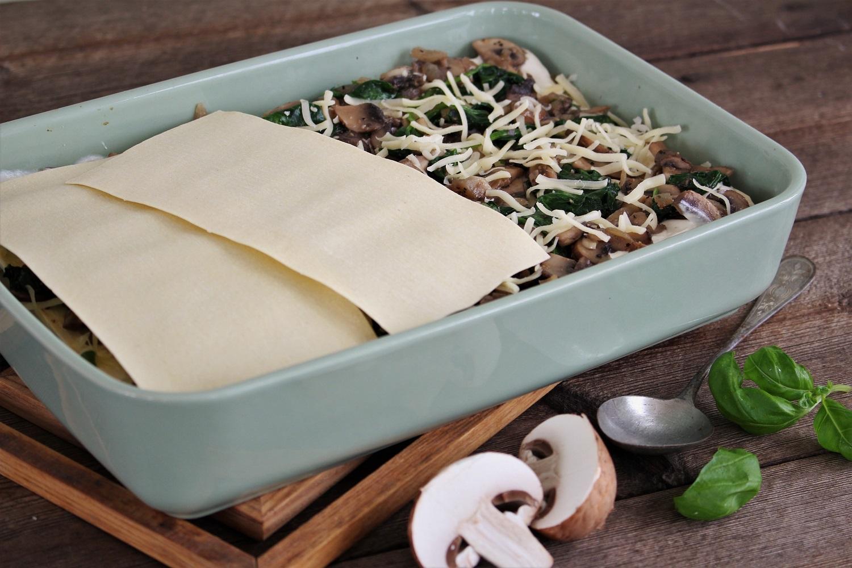 En form med lasagne ligger på bordet.