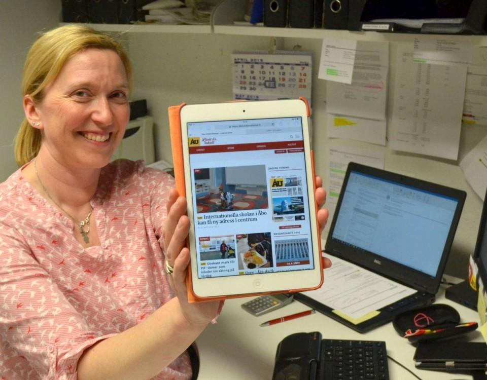 Kvinna håller upp pekdator