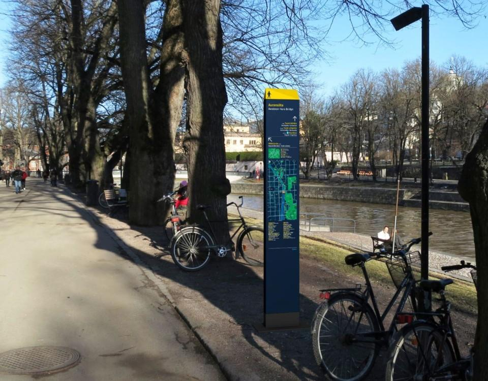 Infoskylt vid Aura å i Åbo centrum