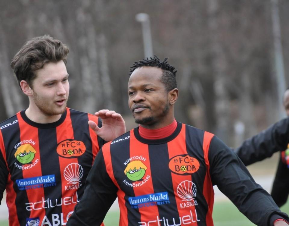 FC Boda-spelare gratulerar varandra.