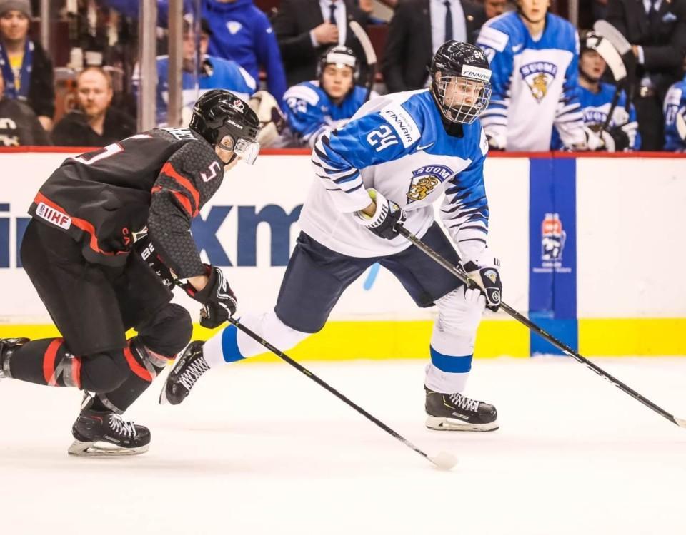Två ishockeyspelare på en plan.
