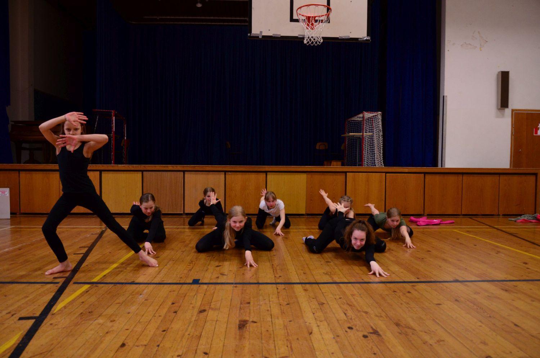Gymnastikgruppen Aurora övar inför vårfesten.