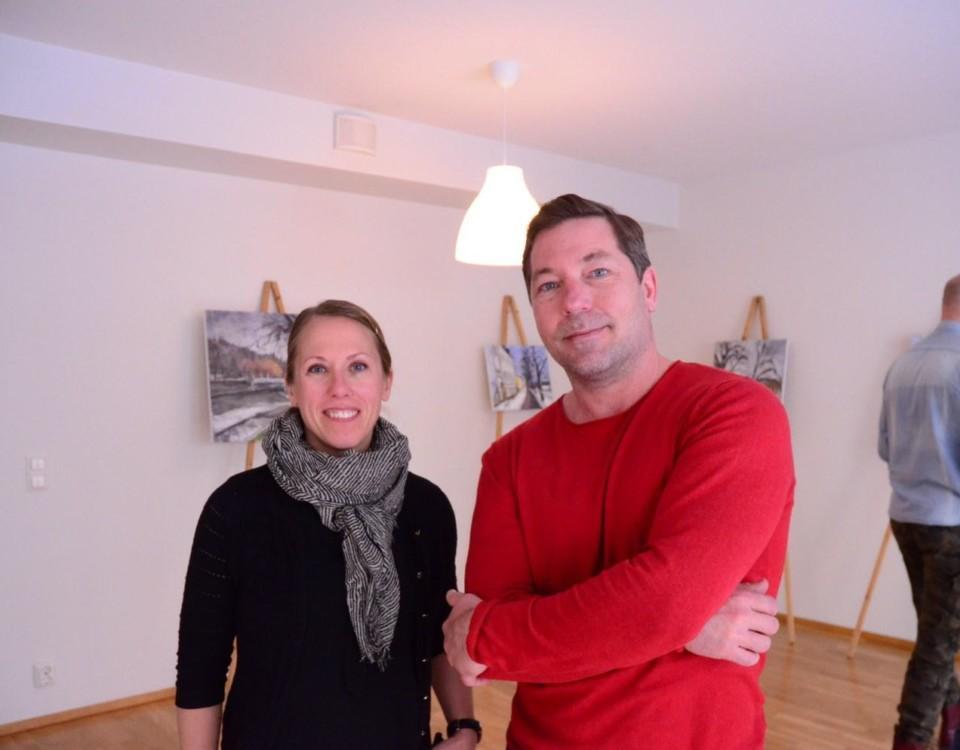 Kvinna och man med tavlor i bakgrunden.
