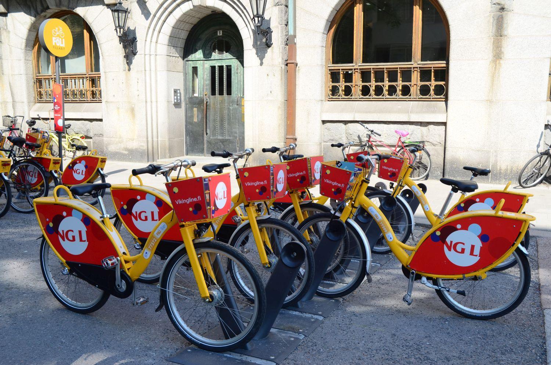 Föli-stadscyklar parkerade utanför Pub Niska.