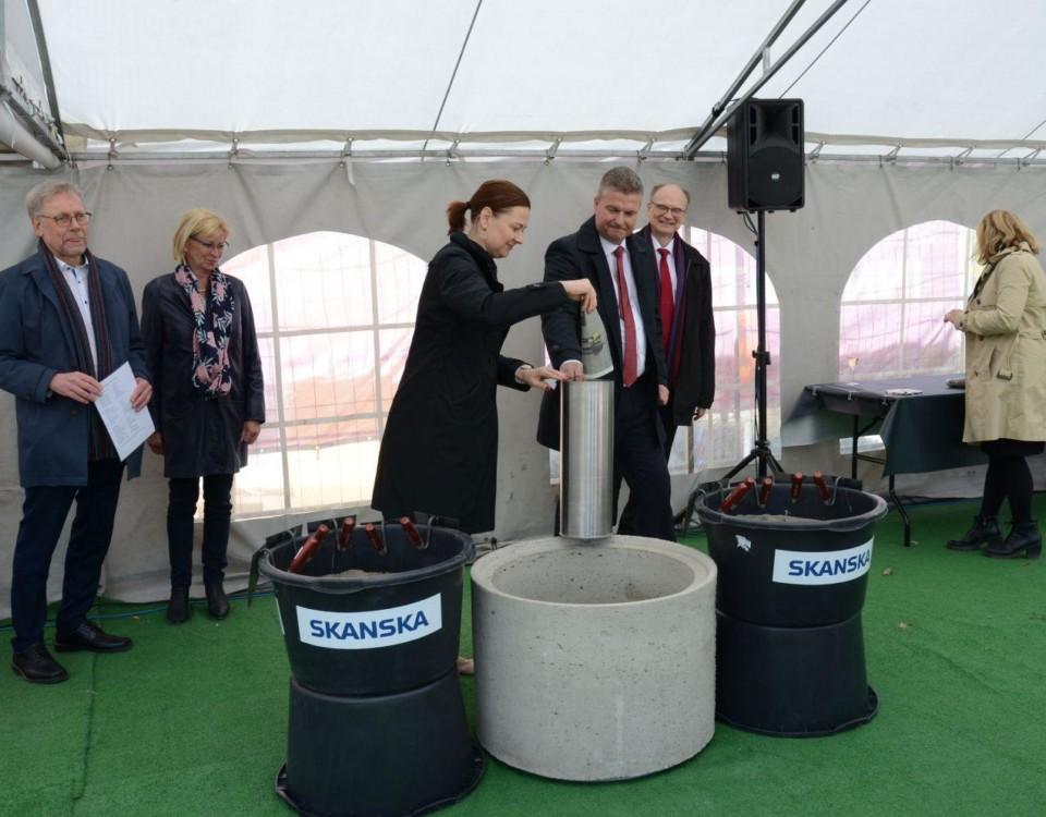 Stadsdirektör Minna Arve på bild vid grundstensläggningen.