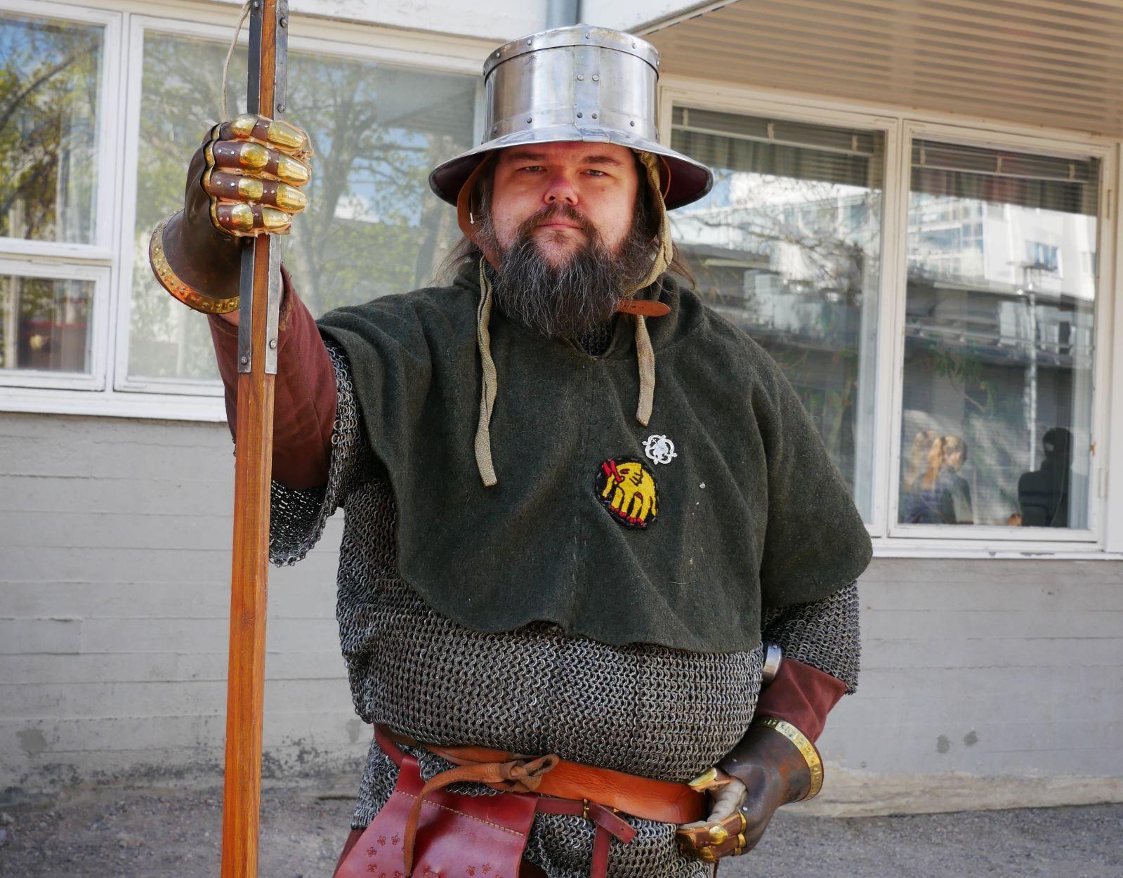 Man i medeltida stridsdräkt