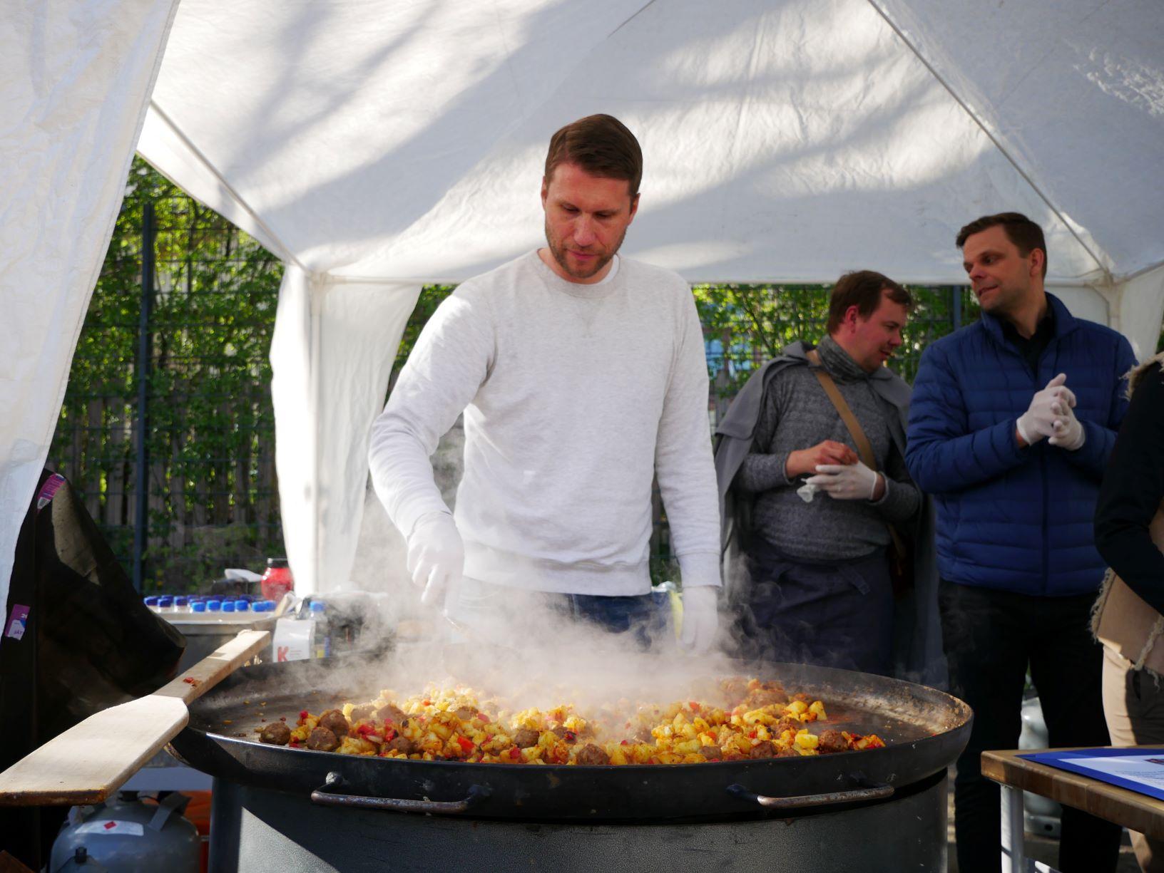 Mikael Ek står vid matserveringen.