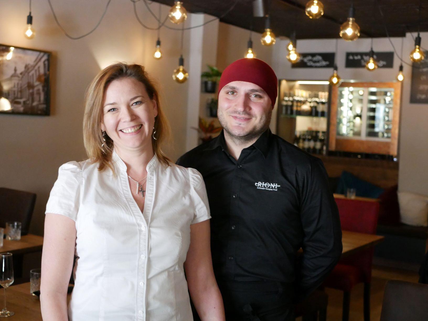 Två personer i en restaurang