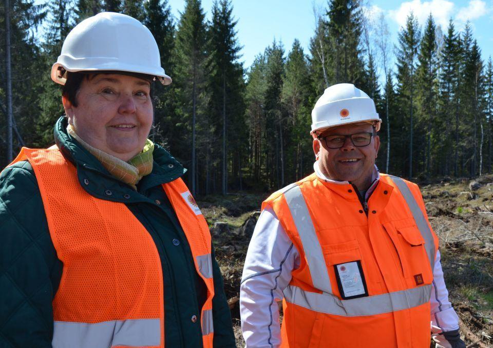 Närbild på Ulla Robertsson och Fred Nordell bredvid varandra i orangea reflexvästar och vita skyddshjälmar.