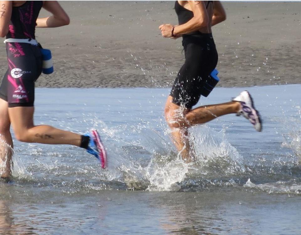 Män springer på strand