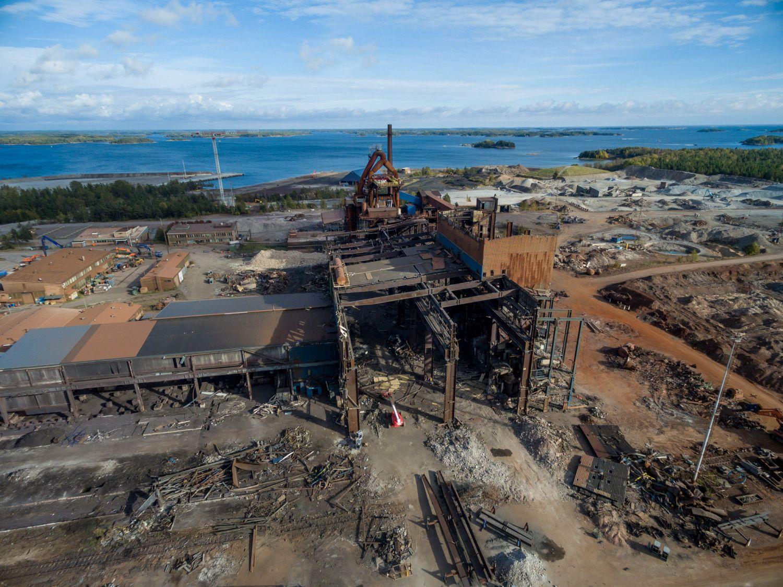 En stor fabriksbyggnad, ett stålverk fotograferad som flygfoto