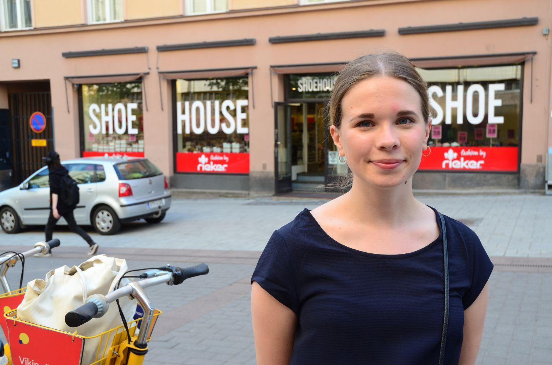 Wera Kunnas bredvid Fölicykeln hon just är på väg att ta i användning.
