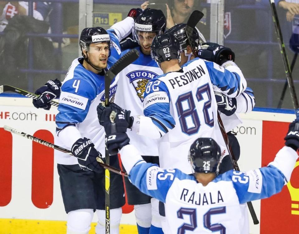 Ishockeyspelar jublar efter ett mål