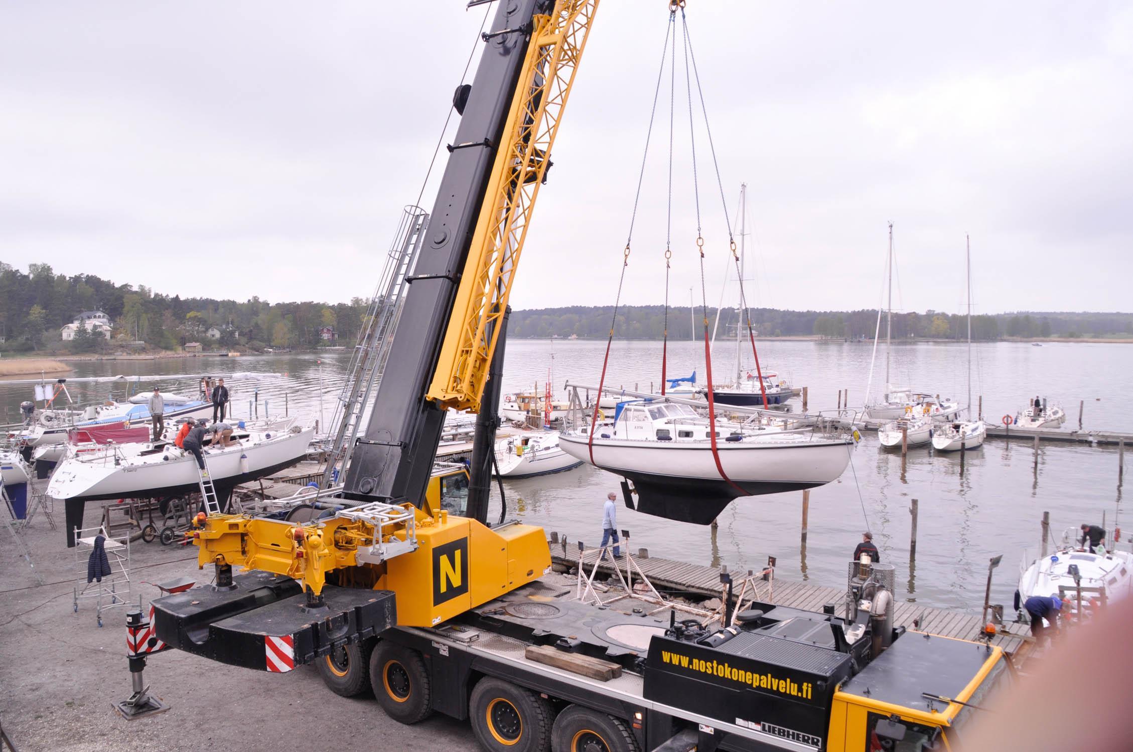 En av båtarna sjösätts i ASS hamn på Beckholmen.
