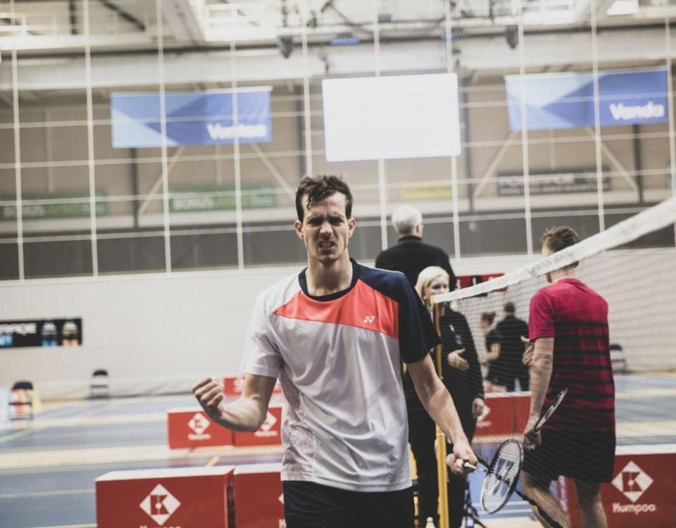 En badmintonspelare som firar en vunnen match