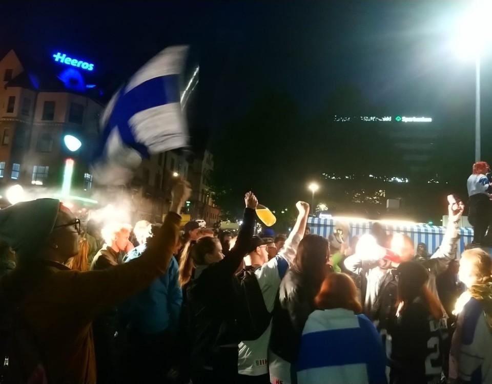Firande människor i natten på Åbo salutorg