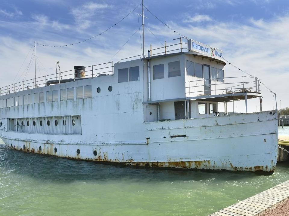 vit trevånings båt som ligger vid kajen i Mariehamn