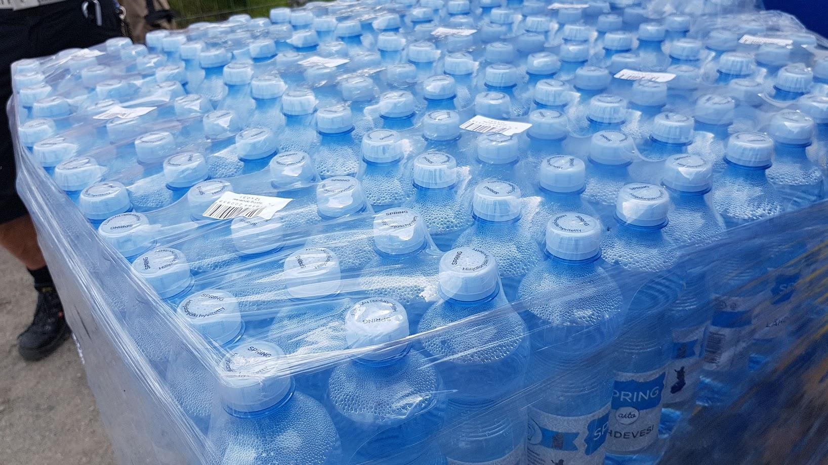 Många vattenflaskor.