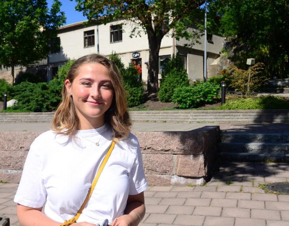Julia Lindqvist i Pargas får en yrkesexamen idag och för två veckor sedan blev hon student. Hon har inte bråttom med att fatta beslut om vad hon ska ägna sig åt i framtiden.