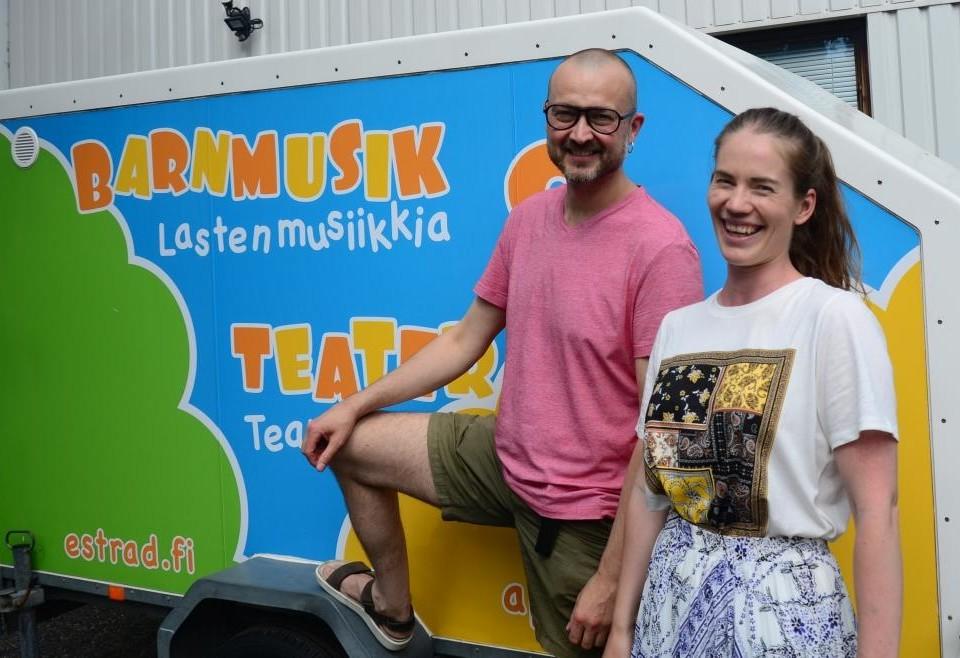 """Anders """"Apan Anders"""" Grönroos och Catrine Krusberg framför vagn."""