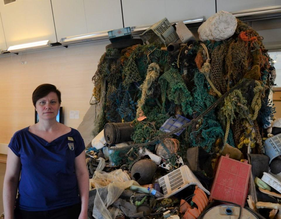 Anna Franzén framför en enorm hög med avfall som plockats upp från havet.