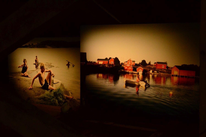 Två fotografier på skärdgårdsmiljö utställda på Forum Marinum i Åbo