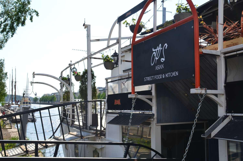 Landgången till ett fartyg med restaurang.