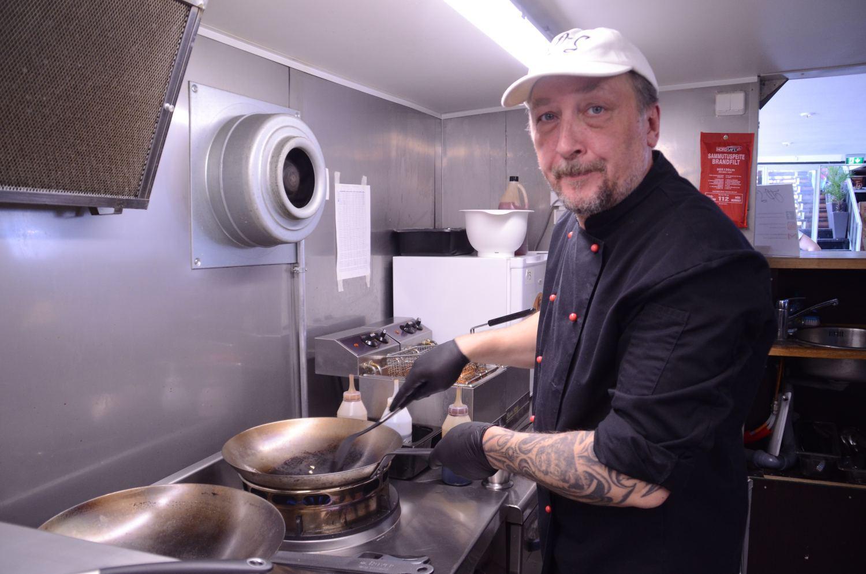 Kock i ett litet kök.