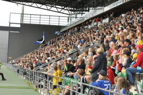 En läktare fylld med publik på Veritas Stadion i Åbo
