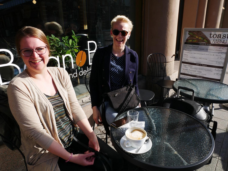 Elina Vähäkuopus och Maria Mänty från Rovaniemi sökte upp Bean Bar på nätet, eftersom de visste att de behövde ett ställe att dricka kaffe på innan arbetsdagen.