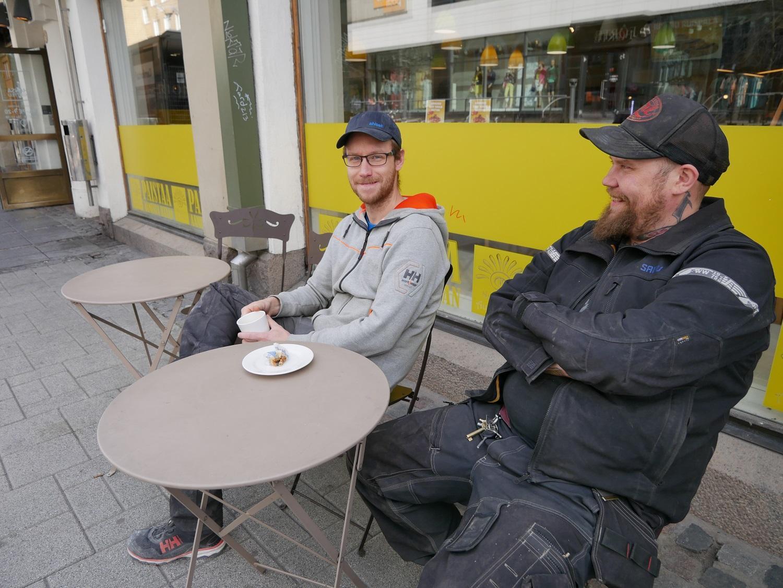Caféet ska vara centralt. Jani Mattila från Pargas och Jussi Lehtonen från Åbo tar alltid en paus vid niotiden. För dem är det viktigt att platsen ligger i centrum.