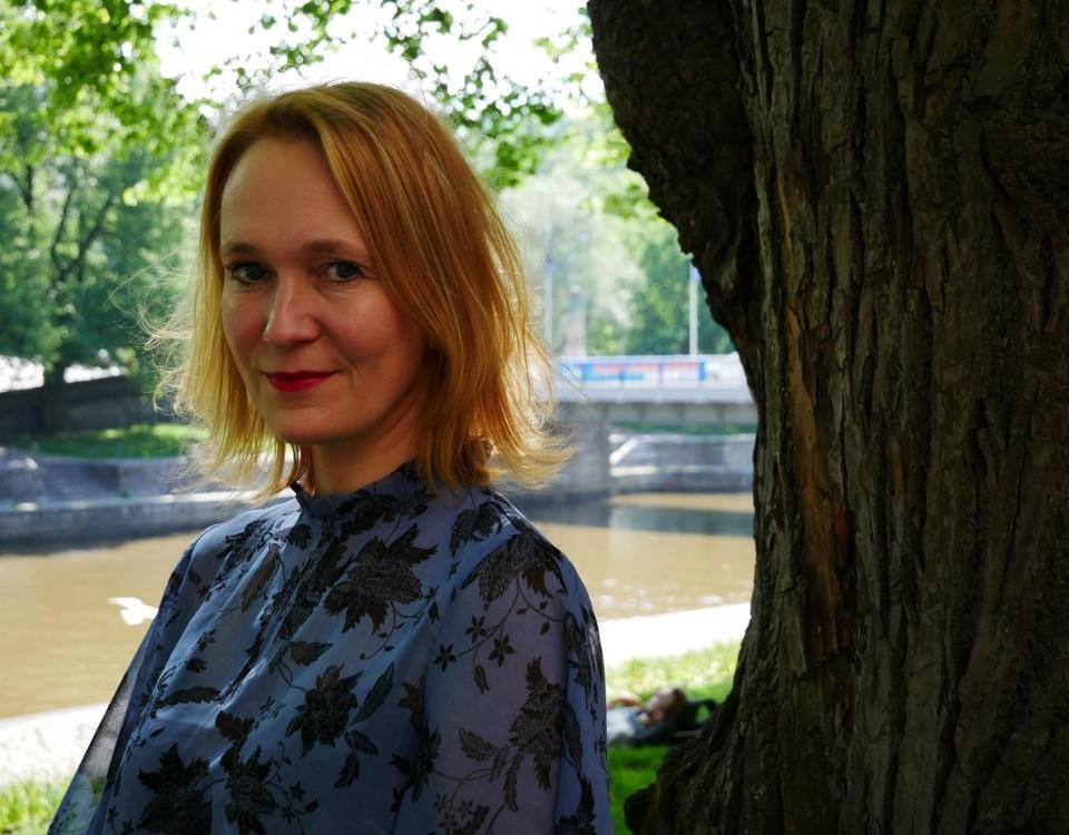 Åsa Slotte, filosofi som disputerar inom ämnet anorexi. Här sitter hon vid Aura Å i Åbo.
