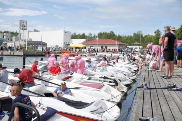 många båtar i hamnen