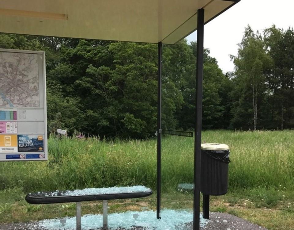 Exploderat plexiglas vid busskur