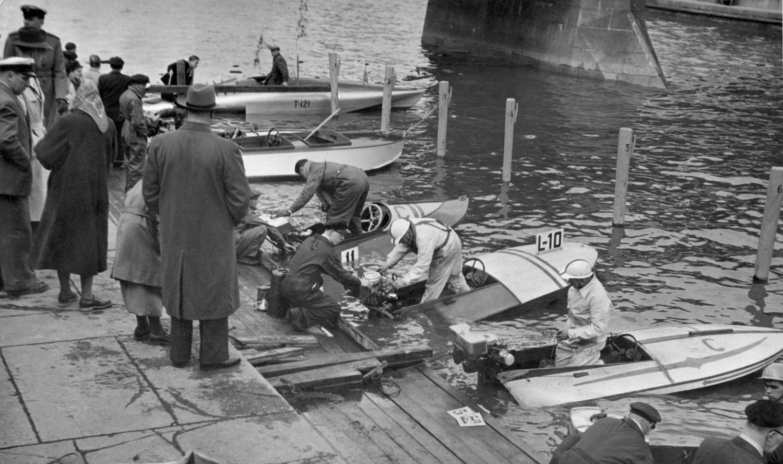 Motorbåtar på gammal bild