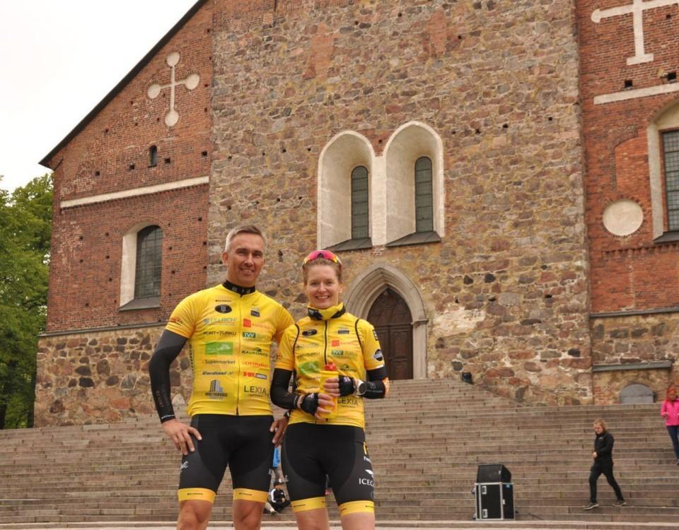 Ett par fotograferade framför Åbo Domkyrka
