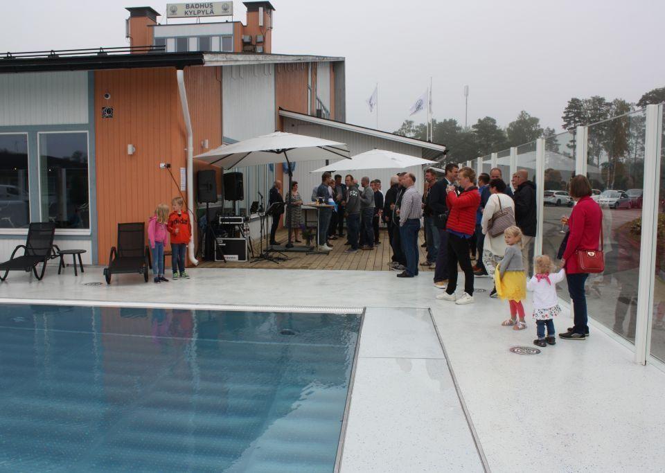Kasnäs badhus, del av simbassäng, folk kring kanten på bassängen