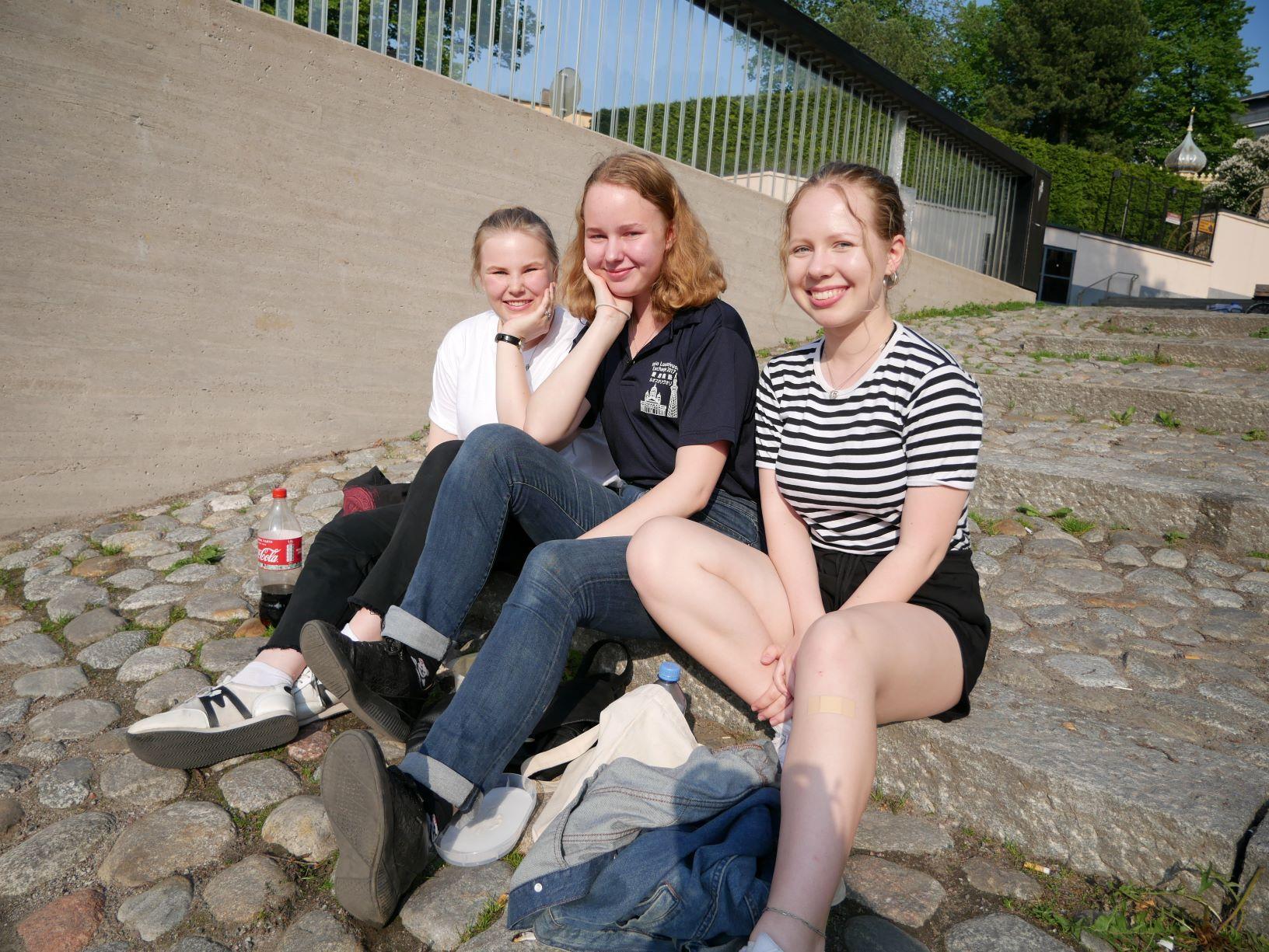 Tre flickor på en stentrappa