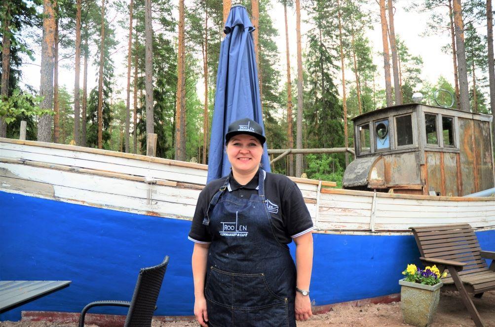 Hanne Saarinen framför träbåt