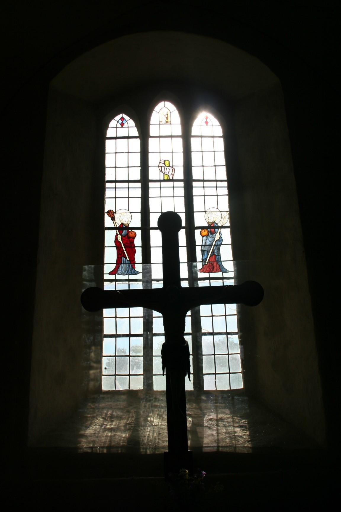 glasmålning med två helgonfigurer i kyrkfönster