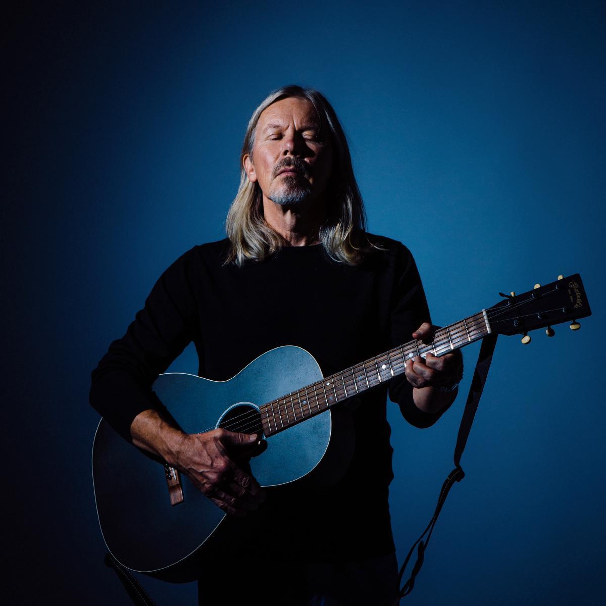 En man med gitarr.