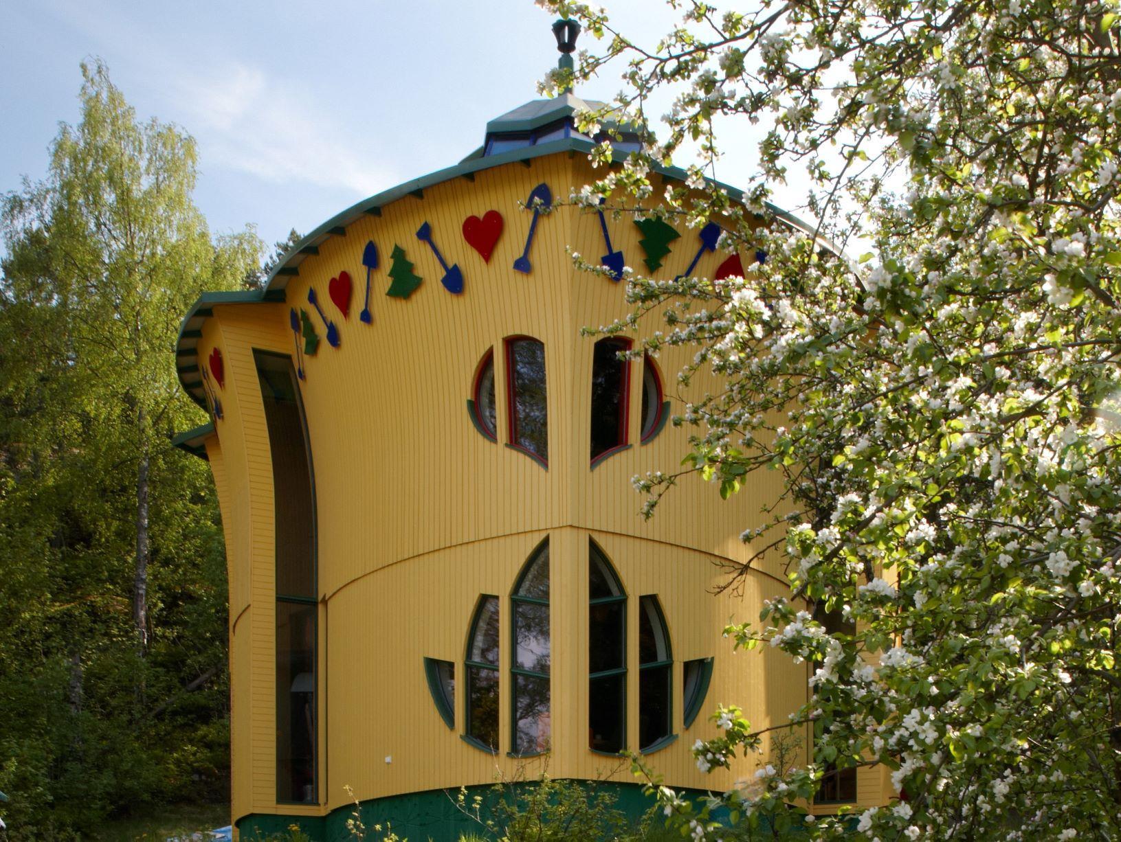 Gult hus som är format som ett blad