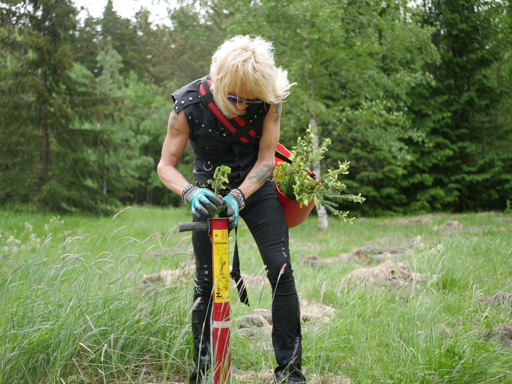 Rockartisten Monroe planterar träd