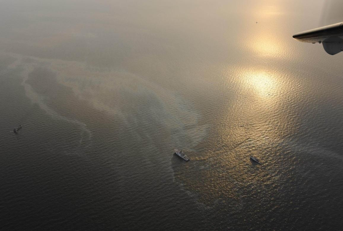 I full färd med att samla in oljan. Foto: Gränsbevakningen