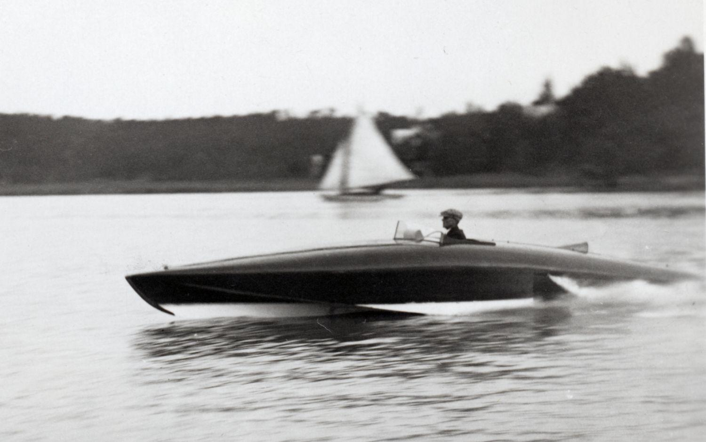 Bild på båt i hård fart