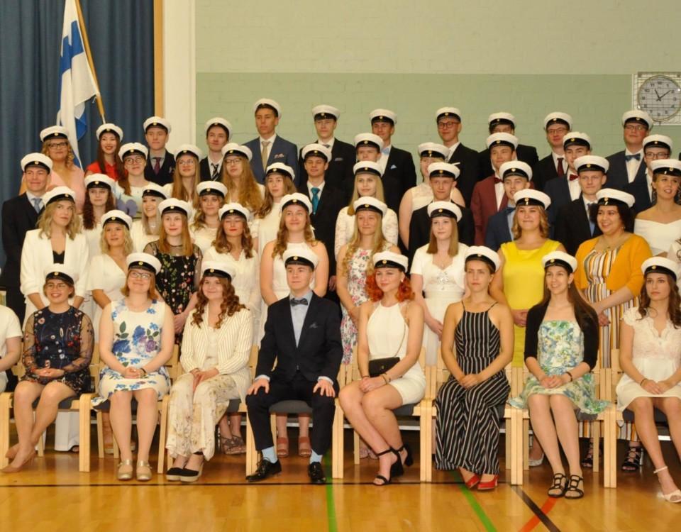 Pargas svenska gymnaiums studenter uppställda för grupfoto.