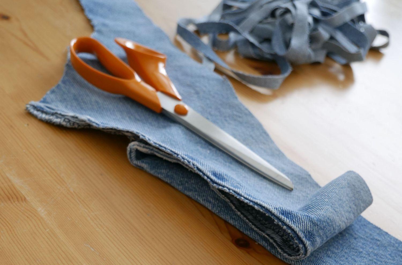 Sax och sönderklippta jeans