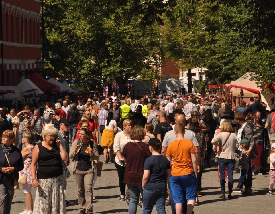 Publiken på medeltidsmarknaden i Åbo fotad.