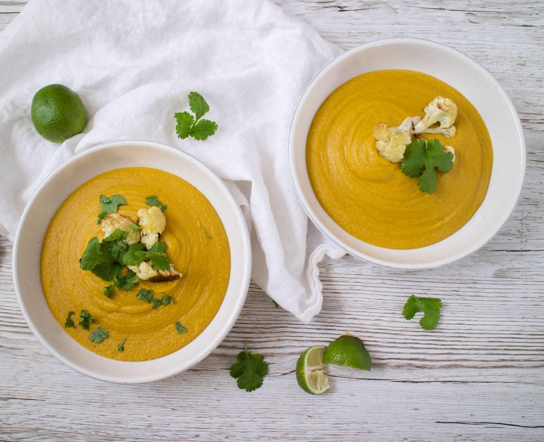 Två tallrikar med gul soppa